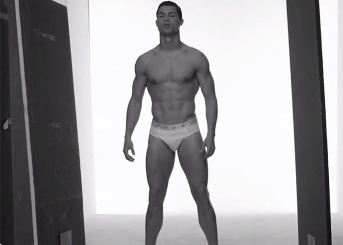 4.ago.2014 - Quem é fã de Cristiano Ronaldo, galã do futebol mundial, pode ficar animado com um vídeo que está bombando no Youtube e mostra os bastidores do comercial da nova linha de cuecas do craque. Nas imagens, Cristiano não economiza nas poses e aparece inúmeras vezes exibindo o corpo sarado.