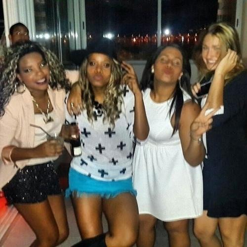 5.ago.2014 - Mc Ludmilla (esq.), Roberta Rodrigues (de chapéu) e Sasha (dir.) marcaram presença na festa de 19 anos de Bruna Marquezine realizada na cobertura em Ipanema, no Rio de Janeiro