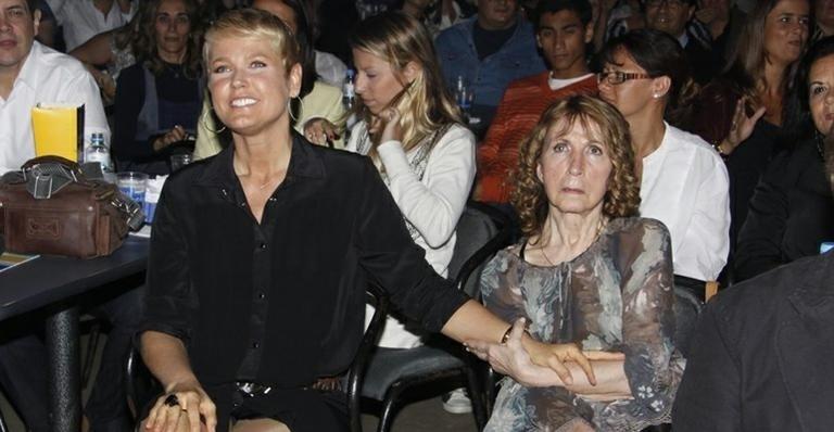 """11.ago.2014 - A apresentadora Xuxa Meneghel pediu que seus fãs rezem pela saúde de sua mãe, Dona Alda, em mensagens em uma rede social. """"Oi gente. Você podem rezar para minha Aldinha? Obrigada, por favor. Tô sem força, hoje ela não acordou. Para nada, dorme profundamente. Tô com medo!"""", escreveu Xuxa."""