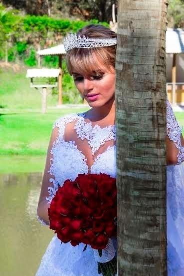 """21.ago.2014 - Trajada como noiva, a modelo transex Thalita Zampirolli, apontada como suposto affair do ex-jogador Romário, fez um ensaio fotográfico bem elegante, no Espírito Santo. Nas imagens, a beldade aparece com um vestido clássico de véu e grinalda. """"Estou muito feliz pela oportunidade de protagonizar um ensaio vestida de noiva. Amei o vestido. Ele serviu de inspiração para o dia do meu casamento"""", revelou Thalita"""