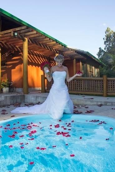 """21.ago.2014 - Trajada como noiva, a modelo transex Thalita Zampirolli, apontada como suposto affair do ex-jogador Romário, fez um ensaio fotográfico bem elegante, no Espírito Santo. Nas imagens, a beldade aparece com um vestido clássico de véu e grinalda. """"Estou muito feliz pela oportunidade de protagonizar um ensaio vestida de noiva. Amei o vestido. Ele serviu de inspiração para o dia do meu casamento"""", revelou Thalita. Para ver mais fotos dela, clique no link Mais ao lado."""