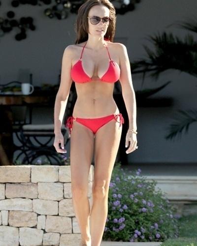 22.ago.2014 - A modelo britânica Tamara Ecclestone, que foi mãe recentemente, mostrou a boa forma de biquíni. A gata, que é filha do chefão da Fórmula 1, já estampou a capa da Playboy norte-americana.