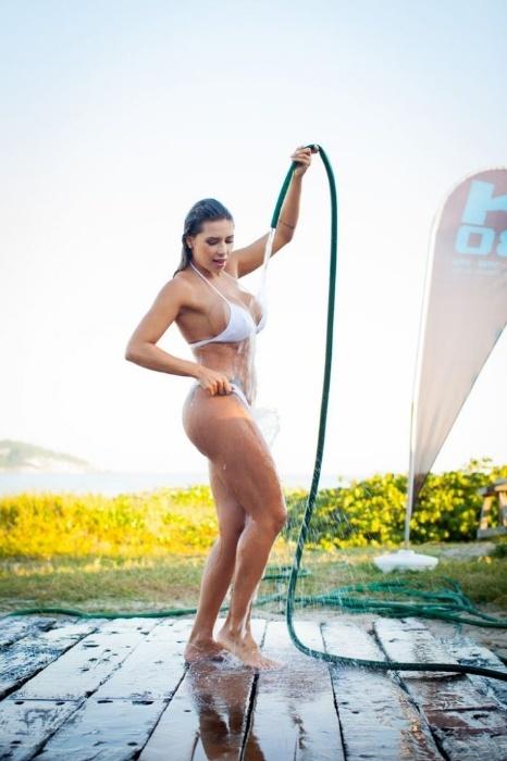 """25.ago.2014 - Após a sessão de fotos, a assistente de palco do programa """"Legendários"""" Alessandra Batista aproveitou para tormar um banho de mangueira pra lá de sensual"""