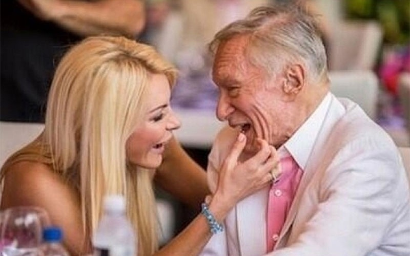 """29.ago.2014 - A modelo Crystal Harris, 28, conquistou o coração do dono da """"Playboy"""", Hugh Hefner. Ele, que tem fama de paquerador e passou a vida cercado de belas mulheres, se casou com a moça 60 anos mais jovem em janeiro de 2013. Os dois ficaram noivos em 2010, mas, cinco dias antes do casamento, em 2011, a ex-coelhinha cancelou tudo. Um mês após o episódio, ela saiu nua na revista do ex com a frase """"noiva em fuga"""" estampando a capa. Crystal leiloou o anel de noivado por cerca de 90 mil dólares, em Nova York, mas, um ano depois, avisou pelo Twitter que tinha retomado o romance: """"Eu precisava explorar o mundo lá fora. Esse tempo realmente me ajudou a perceber que onde eu quero estar é aqui, com Hefner. Nosso relacionamento está melhor do que nunca"""", disse ela na época em entrevista à revista """"US Weekly"""".  No Instagram, ela posta fotos sensuais e momentos com o maridão e faz sucesso entre seus mais de 278 mil seguidores"""