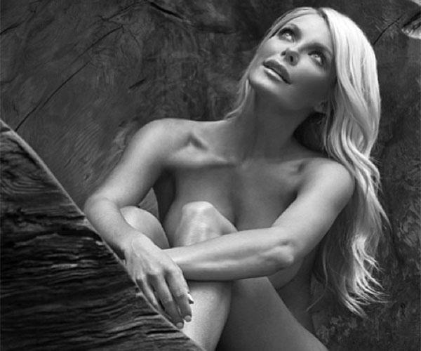 """29.ago.2014 - A modelo Crystal Harris, 28, conquistou o coração do dono da """"Playboy"""", Hugh Hefner. Ele, que tem fama de paquerador e passou a vida cercado de belas mulheres, se casou com a jovem 60 anos mais jovem em janeiro de 2013. Os dois ficaram noivos em 2010, mas, cinco dias antes do casamento, em 2011, a ex-coelhinha cancelou tudo. Um mês após o episódio, ela saiu nua na revista do ex com a frase """"noiva em fuga"""" estampando a capa. Crystal leiloou o anel de noivado por cerca de 90 mil dólares, em Nova York, mas um ano depois, avisou pelo Twitter que tinha retomado o romance: """"Eu precisava explorar o mundo lá fora. Esse tempo realmente me ajudou a perceber que onde eu quero estar é aqui, com Hefner. Nosso relacionamento está melhor do que nunca"""", disse ela na época em entrevista a revista """"US Weekly"""".  No Instagram, ela posta fotos sensuais e momentos com o maridão e faz sucesso entre seus mais de 278 mil seguidores"""