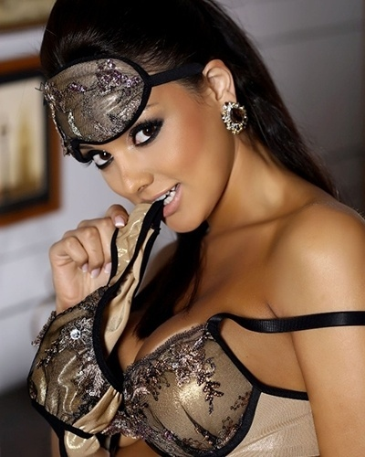2.set.2014 - A cantora e modelo Julia Paes, ex de Thammy Miranda, estrelou ensaio sensual para sua marca de lingerie