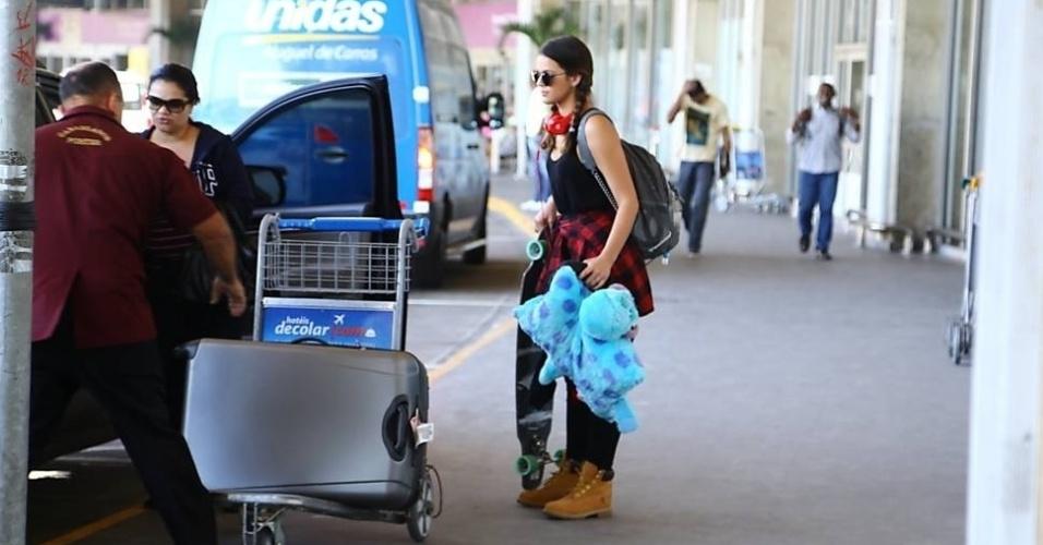 """2.set.2014 - Após um mês na Califórnia (EUA), onde esteve para  filmar """"Breaking Through"""", Bruna Marquezine desembarcou no Rio de Janeiro. No desembarque, a atriz chamou atenção pela quantidade de malas. A ex de Neymar também trouxe um skate e um bicho de pelúcia"""