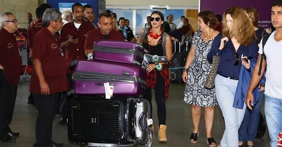"""2.set.2014 - Após um mês na Califórnia (EUA), onde esteve para  filmar """"Breaking Through"""", Bruna Marquezine desembarcou no Rio de Janeiro. No desembarque, a atriz chamou atenção pela quantidade de malas. A ex de Neymar também trouxe um skate"""