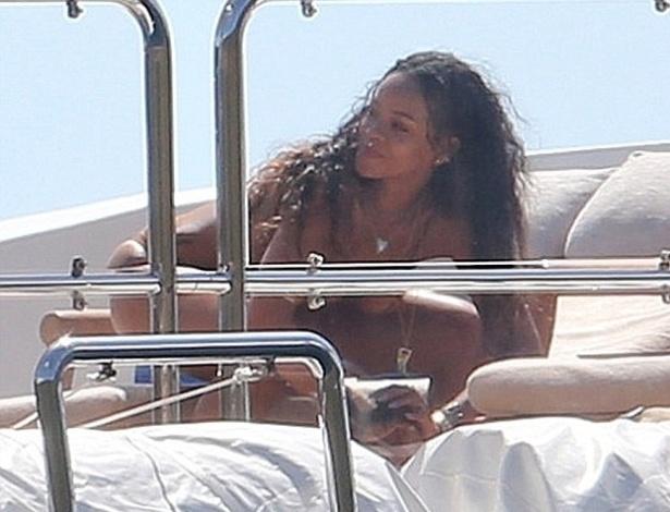 5.set.2014 - Rihanna colocou as mãos no joelho e botou para quebrar a bordo de um iate de luxo em Saint-Tropez, na França. A cantora está curtindo alguns dias de férias e aproveitando para retocar o bronzeado ao lado de amigos. Em uma exibição ousada, ela foi flagrada praticando o twerk, tipo de dança que virou febre. O nome é uma mistura de trick ('habilidade' ou 'truque', em tradução livre) e work (trabalho). No início dos anos 90, o twerk era utilizado para definir a dança sensual que as strippers protagonizam para conquistar gorjetas. Atualmente, os movimentos são usados por celebridades como Beyoncé, Nicki Minaj, Miley Cyrus e Rihanna, que mostrou que está com o gingado em dia