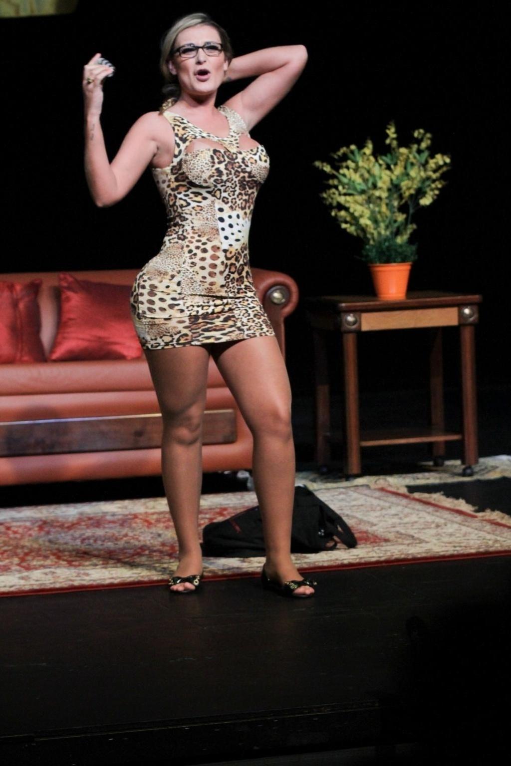 13.set.2014 - Andressa Urach estreou no teatro em grande estilo na última sexta-feira (12): tirou a roupa em um striptease, que parecia ser completo aos olhos da plateia, na peça