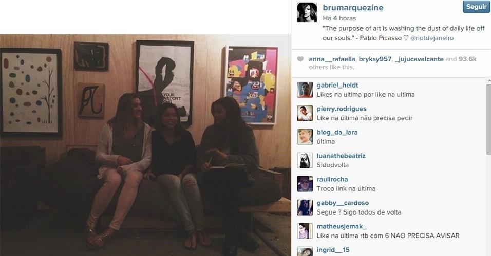 22.set.2014 - Bruna Marquezine (dir.) postou no Instagram foto em que aparece com Sasha (esq.) e uma amiga chamada Luma Antunes (centro). A atriz e a filha de Xuxa são amigas de infância. Na legenda, Bruna escreveu uma frase creditada ao pintor espanhol Pablo Picasso (1881-1973)