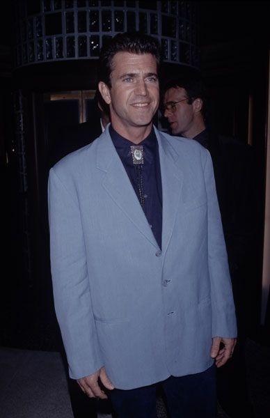 Década de 90: detalhe para a gravatinha esquisita, estilo texano, de Mel Gibson