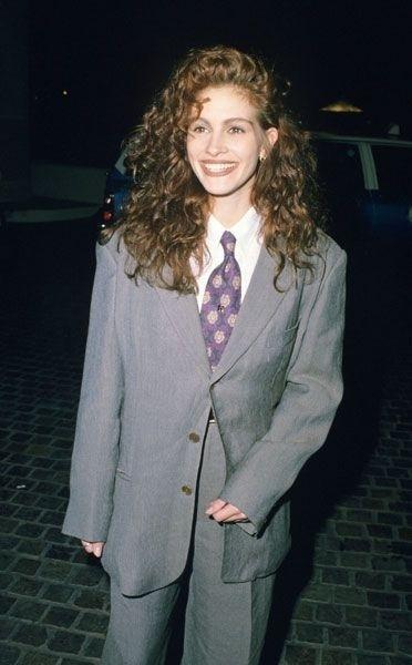 Década de 90: Júlia Roberts de terno com gravata larga e colorida
