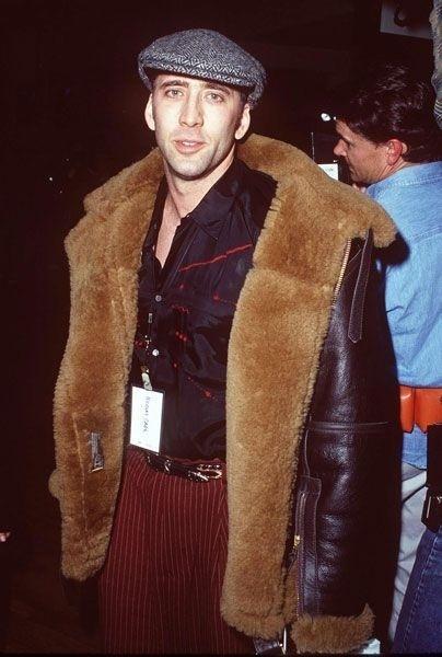 Década de 90: Nicolas Cage aparece com look exagerando na pele, no couro, nas listras da calça, na boina...