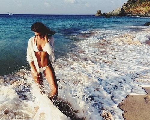 25.set.2014 - De biquíni branco, Bruna Marquezine exibe corpo impecável em fotos durante passeio em Fernando de Noronha. A atriz está no arquipélago para um ensaio fotográfico e compartilhou com os fãs no Instagram cenas de sua passagem pelo local paradisíaco