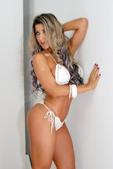 25.set.2014 - De biquíni de crochê branco, na Paula Minerato exibe curvas generosas em ensaio sexy para a revista de games