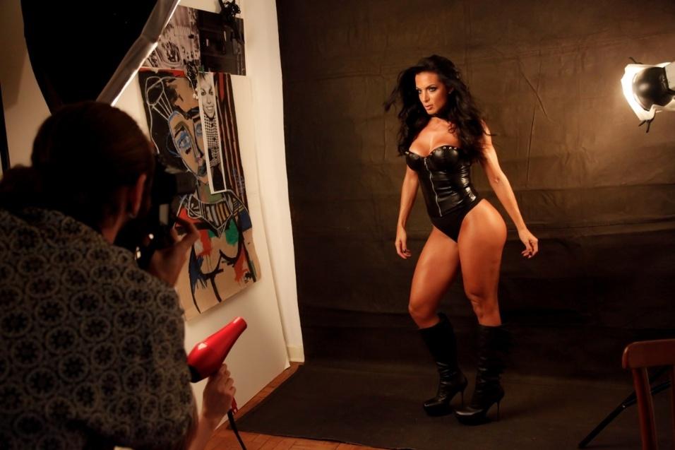 """25.set.2014 - Trajada com um espartilho de couro, a morena Carla Prata, ex-repórter do """"Domingão do Faustão"""", fez um ensaio sensual bem ousado que despertou o seu lado """"felina sexy"""""""