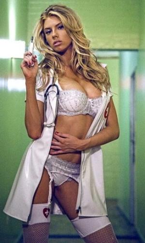 27.set.2014 - A modelo Charlotte McKinney incorporou uma enfermeira sexy em ensaio sensual para a revista Galore. Por conta da