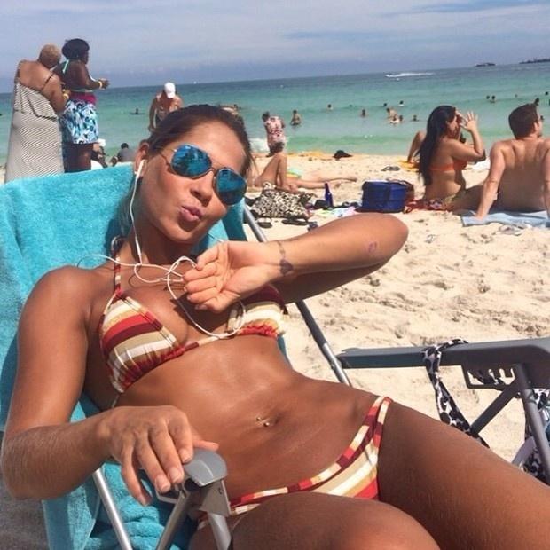 5.out.2014 - A ex-BBB Mayra Cardi postou uma foto de biquíni em Miami, nos EUA, e acabou deixando à mostra algumas estrias nos seios. Criticada por alguns internautas, a beldade não deixou barato e postou mais uma foto com um recado para os seus seguidores.