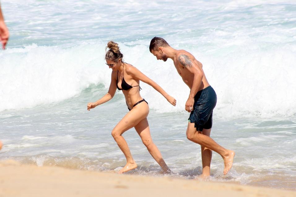 5.out.2014 - O casal de atores e apresentadores Fernanda Lima e Rodrigo Hilbert curtem o domingo de sol na praia do Leblon, no Rio de Janeiro