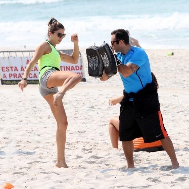 13.out.2014 - Grazi Massafera treinou na praia da Barra da Tijuca, na zona oeste do Rio, na manhã desta segunda-feira. A atriz e apresentadora do canal GNT, estava acompanhada de um personal trainer e fez uma série de exercícios para manter a boa forma