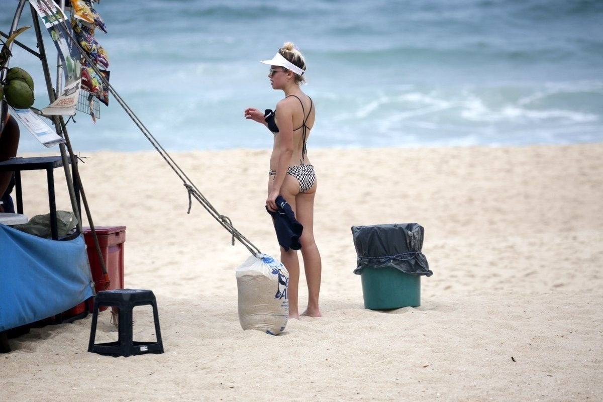 16.out.2014 - A atriz global Bruna Linzmeyer aproveitou o calor carioca para curtir um dia de praia no Leblon, zona Sul do Rio de Janeiro.