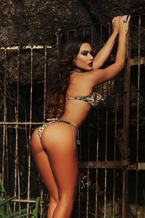 21.out.2014 - A modelo Patrícia Jordane, que já foi apontada como ex-affair de Neymar e uma das causas do fim do namoro do jogador com Bruna Marquezine, exibiu suas curvas em um ensaio sensual de biquíni em uma praia do Rio de Janeiro. Apesar da ótima forma, a gata não parece satisfeita com o corpo.
