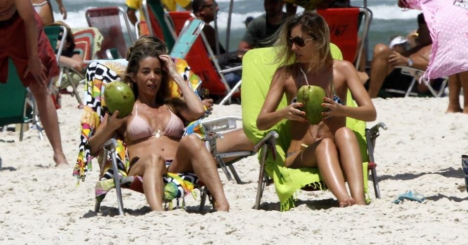 24.out.2014 - A atriz Danielle Winitz aproveitou o dia de sol para curtir a praia da Barra da Tijuca, no Rio de Janeiro, acompanhada de uma amiga