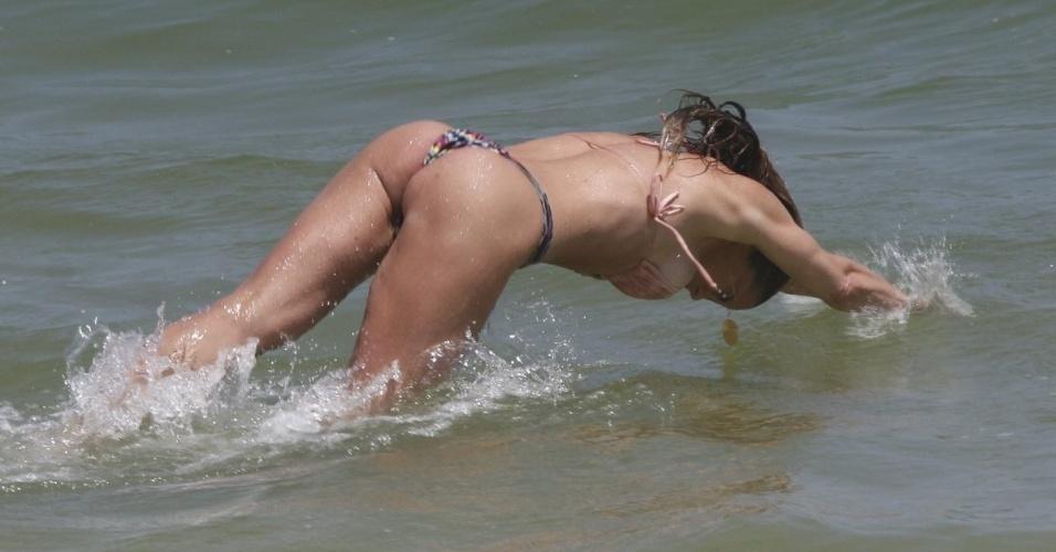 24.out.2014 - Aos 40 anos, a atriz Danielle Winitz mostrou que está em ótima forma ao curtir o dia na praia da Barra da Tijuca, no Rio de Janeiro