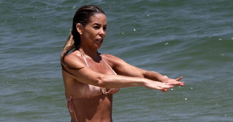 24.out.2014 - Aos 40 anos, a atriz Danielle Winitz mostrou que está em ótima forma ao curtir o dia na praia da Barra da Tijuca, no Rio de Janeiro. A gata foi traída pelo biquíni, que ficou um pouco