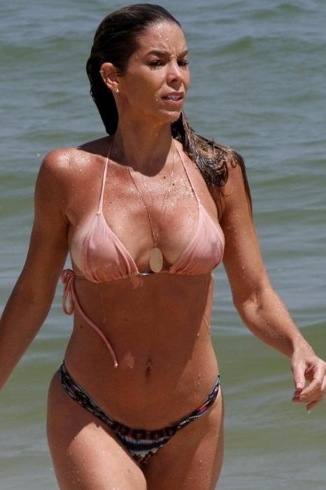 24.out.2014 - Aos 40 anos, a atriz Danielle Winitz mostrou que está em ótima forma ao curtir o dia na praia da Barra da Tijuca, no Rio de Janeiro. Após dar um mergulho, a gata acabou deixando parte do seio à mostra, além de ser pelo biquíni, que ficou um pouco