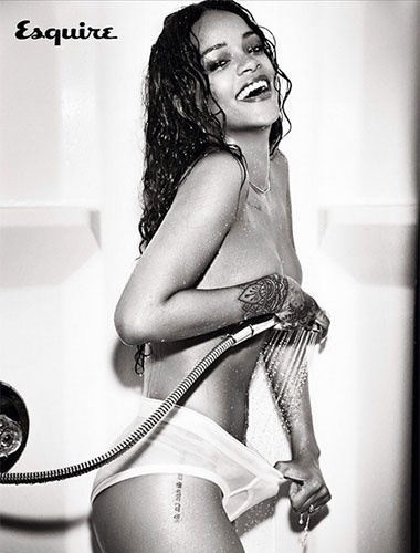 04.nov.2014 - Rihanna sensualiza com poses bem ousadas em ensaio para a revista Esquire de dezembro. A cantora, que postou as fotos no Instagram, foi clicada pelas lentes da fotógrafa Ellen Von Unwerth, em Nova York. Em 2011, Riri - como é conhecida- foi eleita pela mesma publicação a mulher mais sexy do mundo
