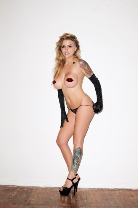 4.nov.2014 - A Sexy liberou novas imagens do ensaio da ex-BBB Clara Aguilar, que estampa a capa de aniversário de 22 anos da publicação. A beldade foi fotografada no estúdio do fotógrafo das celebridades Terry Richardson, em Nova York