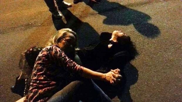 """31.out.2014 - Segundo o blogueiro Leo Dias, do Jornal O Dia, Letícia Sabatella exagerou na dose durante uma temporada em Brasília. A atriz, que estava na cidade em cartaz com a peça """"Trágica.3"""", aproveitou a noite no bar Taypa, no Lago Sul da capital federal. Acompanhada de amigos, ela chegou a deitar no chão em um momento. As imagens teriam sido divulgadas por um amigo (muy amigo), o que não tirou o encanto da bela atriz"""