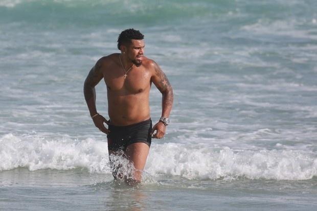 5.nov.2014 - Depois de se exercitar na areia, Naldo Benny aproveitou para dar um mergulho na praia da Barra da Tijuca, no Rio