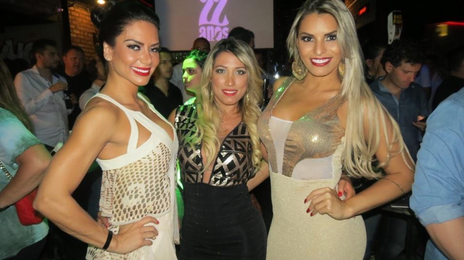 5.nov.2014 - Graciella Carvalho, Rô Fraga e Danubia Santos posam para os fotógrafos durante o lançamento do ensaio nu da ex-BBB Clara Aguilar