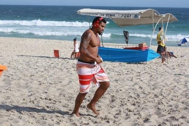 5.nov.2014 - Naldo Benny aproveitou a manhã de sol para se exercitar na praia da Barra da Tijuca, no Rio