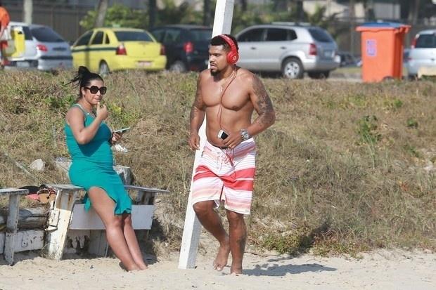5.nov.2014 - Naldo Benny aproveitou a manhã de sol para se exercitar na praia da Barra da Tijuca, no Rio. Enquanto corria, o funkeiro era observado por sua mulher, a Moranguinho, que está grávida de 6 meses.