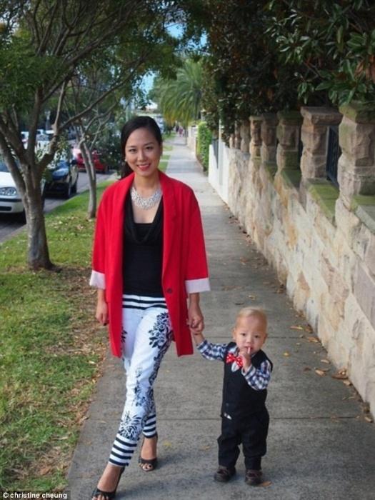 """8.nov.2014 - Christine Cheung perdeu as contas das vezes que foi perguntada se Lucas é realmente seu filho. Tudo isso porque o menino, de três anos, sofre de uma condição rara chamada """"tricho-hepato-enteric syndrome"""", diagnosticada apenas 44 vezes no mundo todo. A síndrome tem  sintomas como diarréia intratável e deficiência imunológica"""