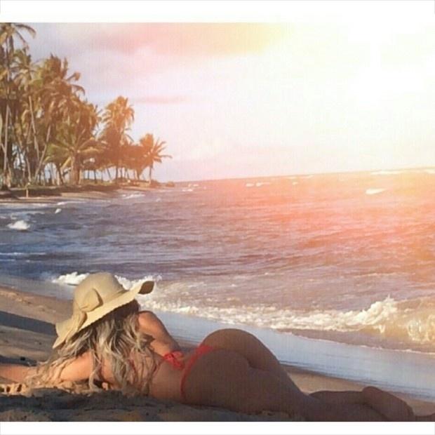 9.nov.2014 - A funkeira Mulher Melão está curtindo uma viagem à Bahia com direito a muitas fotos no Instagram. A gata aproveita o cenário paradisíaco da Praia do Forte para deixar suas curvas avantajadas à mostra, principalmente a foto do 'popô', que têm