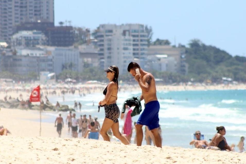 10.nov.2014 - Os globais Fernanda Lima e Rodrigo Hilbert aproveitaram o dia de sol e foram dar um mergulho na praia do Leblon, zona sul carioca. Além do banho de mar, o casal deu um show de boa forma e beleza aos paparazzi