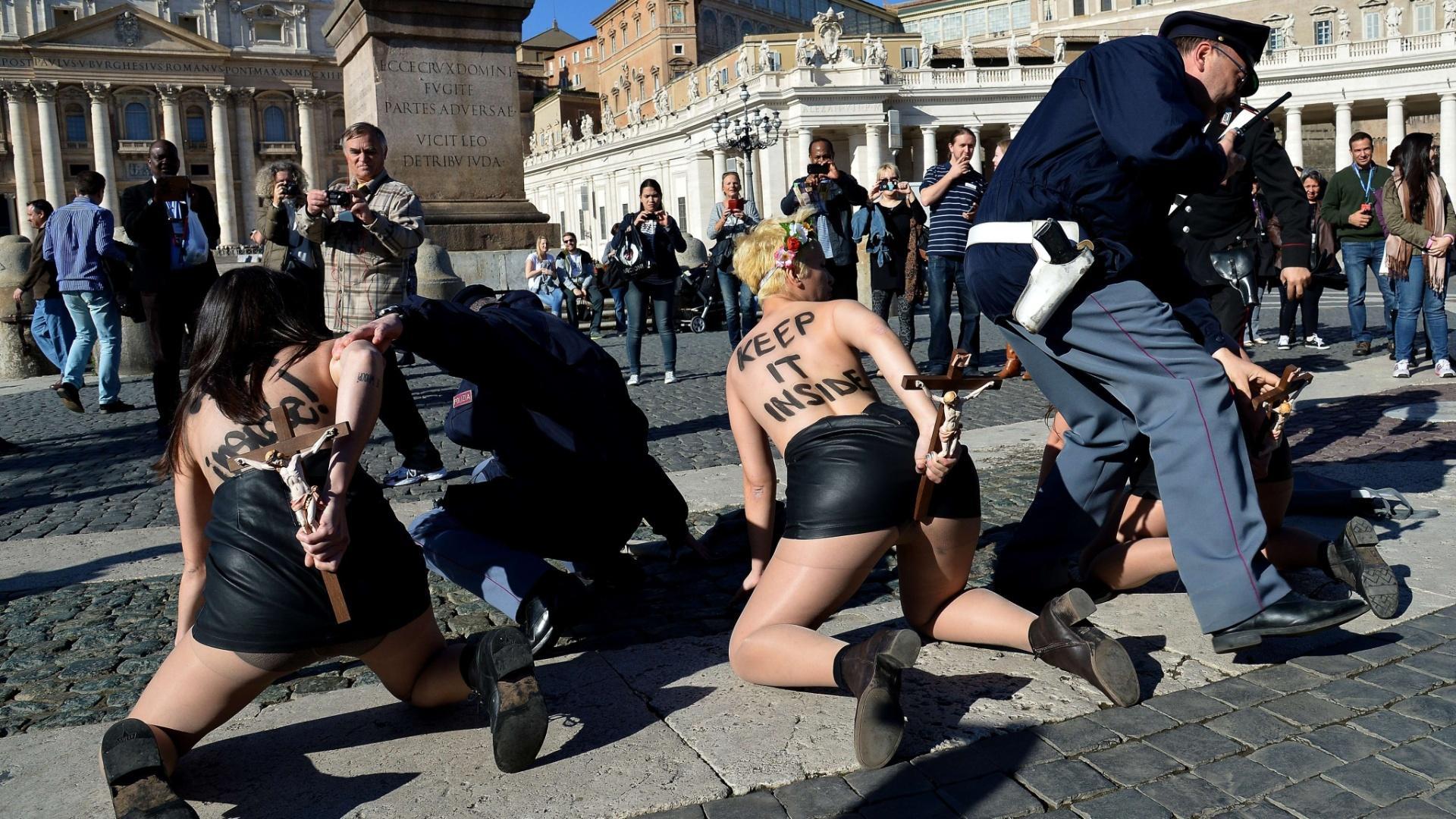 14.nov.2014 - Ativistas do Femen são detidas após protesto na praça São Pedro, no Vaticano, contra a visita do papa Franc