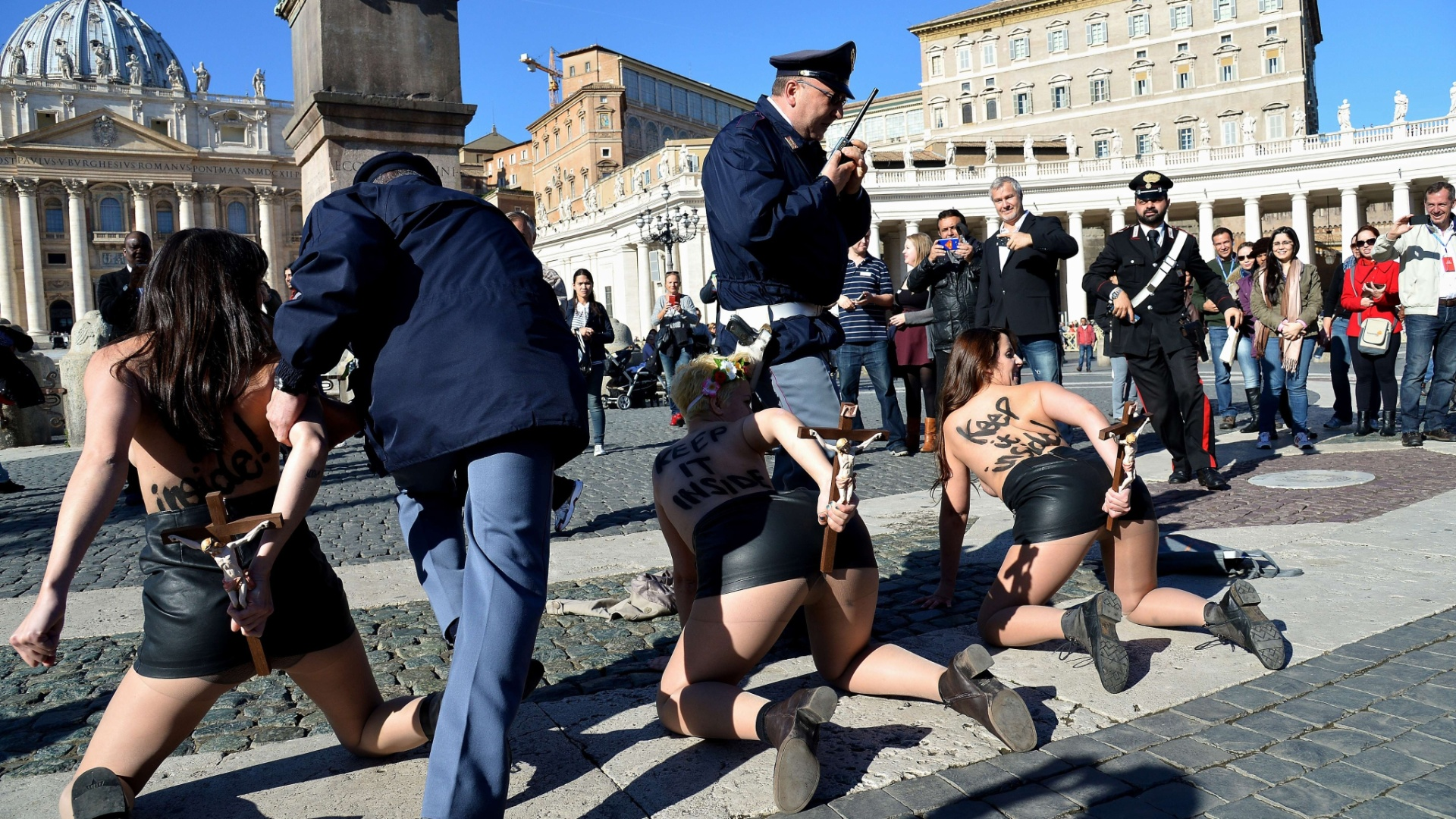 14.nov.2014 - Ativistas do Femen são detidas após protesto na praça São Pedro, no Vaticano, contra a visita do papa Francisco ao parlamento da União Europeia. A manifestação envolvendo pedia o fim da influência religiosa nas decisões políticas