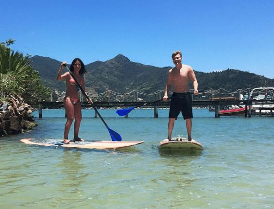 17.nov2014 - Michel Teló usou o Instagram para mostrar que está praticando stand up paddle com a mulher, a atriz Thais Fersoza, durante uma viagem romântica.