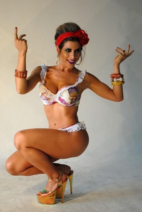 20.nov.2014 - Musa da Gaviões da Fiel, Ana Paula Minerato participou de um ensaio sensual e mostrou que já está com tudo em cima para o desfile das escolas de samba do Carnaval 2015. Ousada, a gata aparece de topless em uma das imagens divulgadas nesta quinta-feira