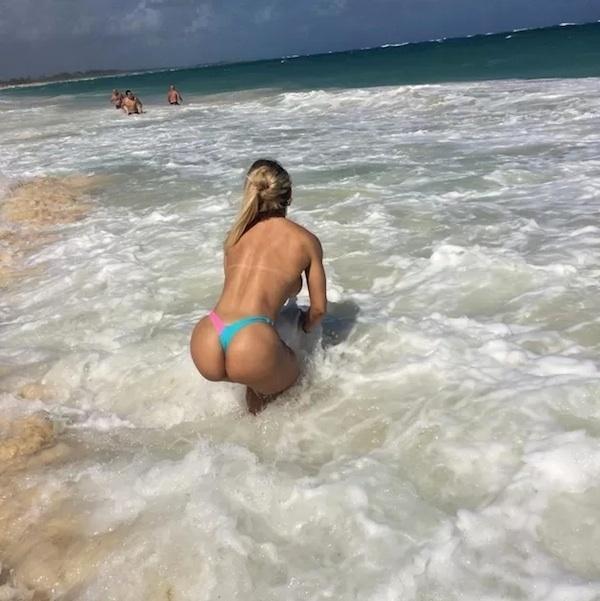 24.nov.2014 - Eleita Miss Bumbum 2014, Indianara Carvalho foi até a República Dominicana para fotografar a capa de janeiro da revista Sexy. No mar caribenho, a loira e posou só de calcinha exibindo as curvas avantajadas