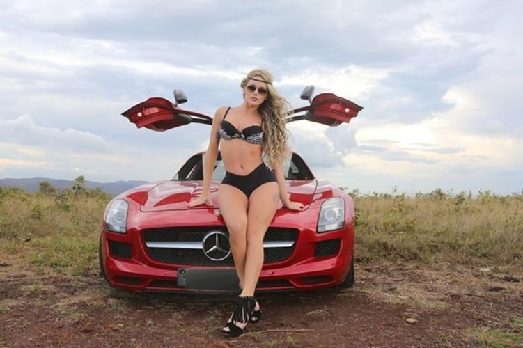 1º.dez.14 - A modelo transexual Thalita Zampirolli, que ganhou fama após ser apontada como affair do ex-jogador Romário, mostrou suas curvas em um ensaio sensual de lingerie. Garota-propaganda de uma concessionária, Thalita posou ao lado de vários carrões em uma estrada vazia