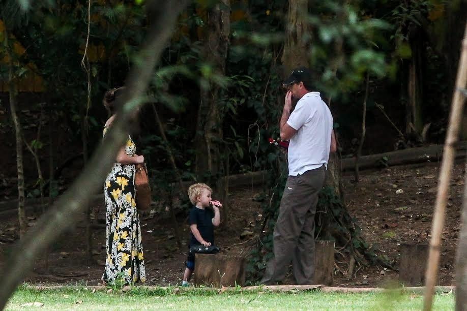 3.dez.2014 - Rogério Ceni apareceu pela primeira vez ao lado do filho Henrique, de dois anos, fruto de uma relação extraconjugal. Na tarde desta quarta, ele foi visto brincando com o menino em uma praça no bairro Morumbi, em SP. De acordo com o relato da fotógrafa Manuela Scarpa, que clicou o momento entre pai e filho, Ceni chegou sozinho à praça cerca de 15 minutos depois da mãe da criança. Logo, já abraçou Henrique e pegou o menino no colo. Quando a chuva ameaçou cair no bairro do Morumbi, os três foram embora juntos no mesmo carro.