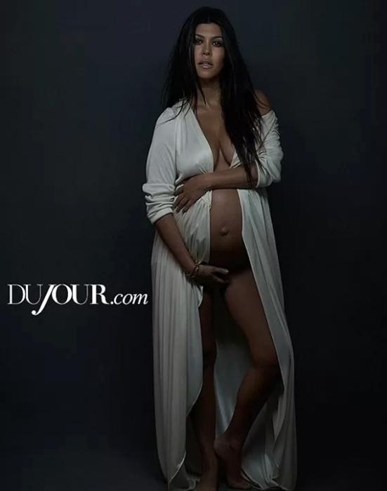 """4.dez.2014 - Grávida, Kourtney Kardashian, irmã da socialite Kim, posou nua na capa da revista Dujour. A beldade está na reta final da sua terceira gestação e disse à publicação que se sente muito confortável tanto com a gravidez quanto com a nudez. """"Nudez não é algo para se envergonhar. Não tenho vergonha do meu corpo. Eu estou no meu melhor quando estou grávida. É uma sensação incrível"""", afirmou"""
