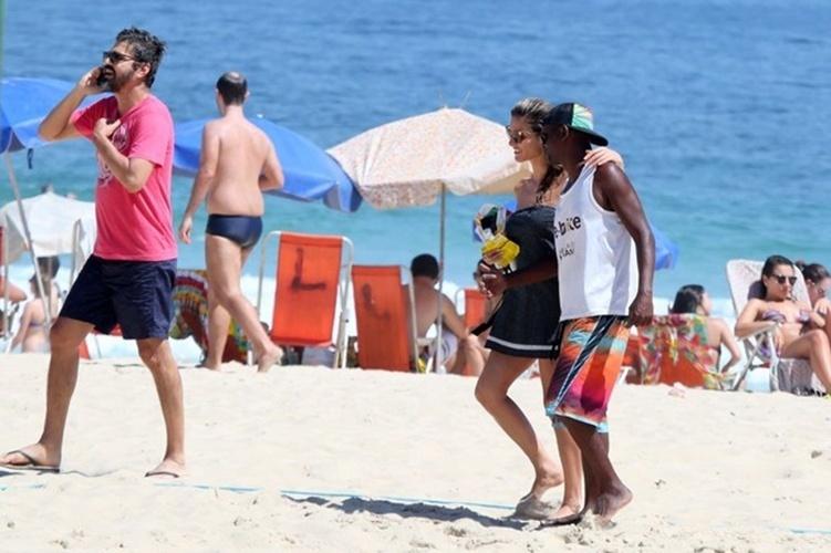 6.dez.2014 - A modelo e apresentadora Fernanda Lima mostrou que está em ótima forma ao curtir o dia de sol na praia do Leblon, no Rio de Janeiro. Sempre simpática, a musa conversou com um fã enquanto deixava o local